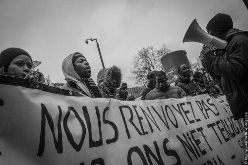 Le 10 février dernier, le Groupe Ebola a bloqué toute la journée la rue de la Loi devant le cabinet du Premier ministre pour demander un moratoire aux expulsions et un titre de séjour. © Karim Brikci-Nigassa /collectif Krasnyi