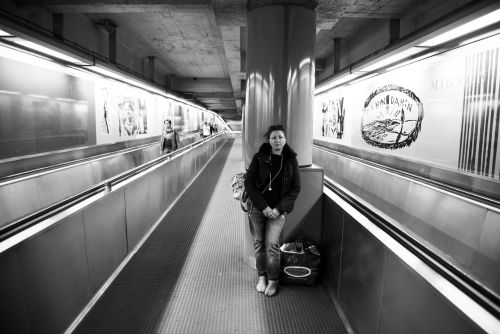Dans la soirée du 6 novembre 2014, la Strada dénombrait 412 personnes dans la rue ou dans des espaces publics/semi-publics. Le métro offre le gîte à nombre de ces sans-abris.; Certains, se fondant dans la masse, y cherchent l'anonymat. D'autres se rendent visibles, en quête de menue monnaie ou de contacts sociaux. © Colin Delfosse