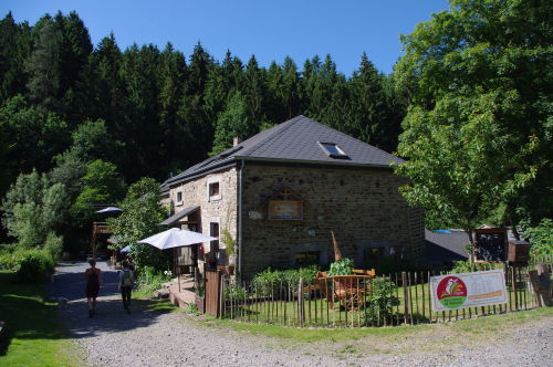 Le bâtiment principal de la Chèvrerie du moulin du Wez. © Julien Winkel / Agence Alter