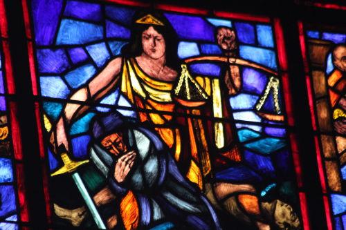 Une justice qui peut voler en éclats©CC:Quinn Dombrowski