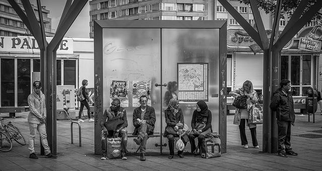 A l'arrêt du bus place Flagey, mai 2015 © Stephan Delval