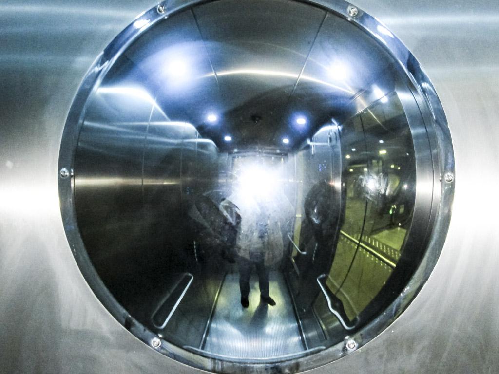 """Alves : """"L'odyssée de l'Espace. J'adore, je vois ça très bien en grand dans ma chambre. Ascenseur à Botanique. J'me suis dit pourquoi pas. Les étoiles, le ciel, les nuages dans les à-côté, le vide en bas, et cet ascenseur, ce couloir qui ne t'amène nulle part. On dirait aussi une machine à laver."""""""