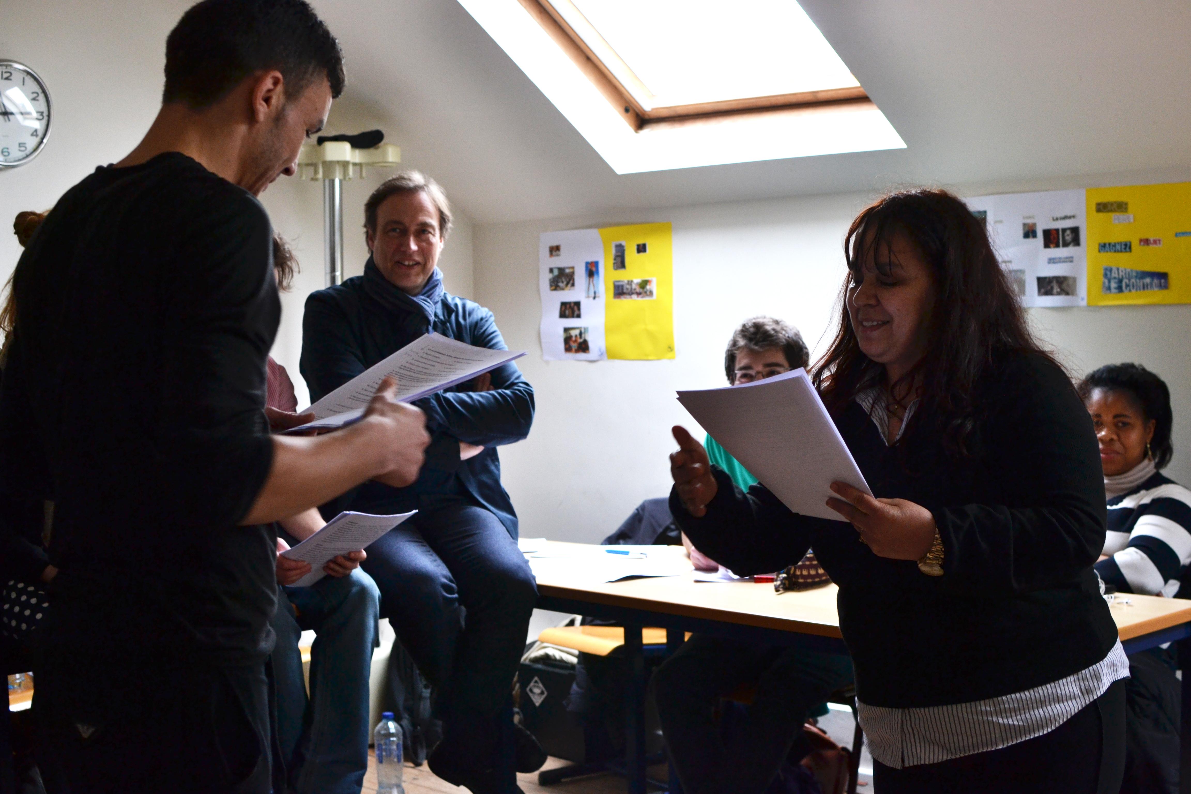 Au tour des élèves du CEFIG de déclamer sous le regard attentif de Jacques Neefs.