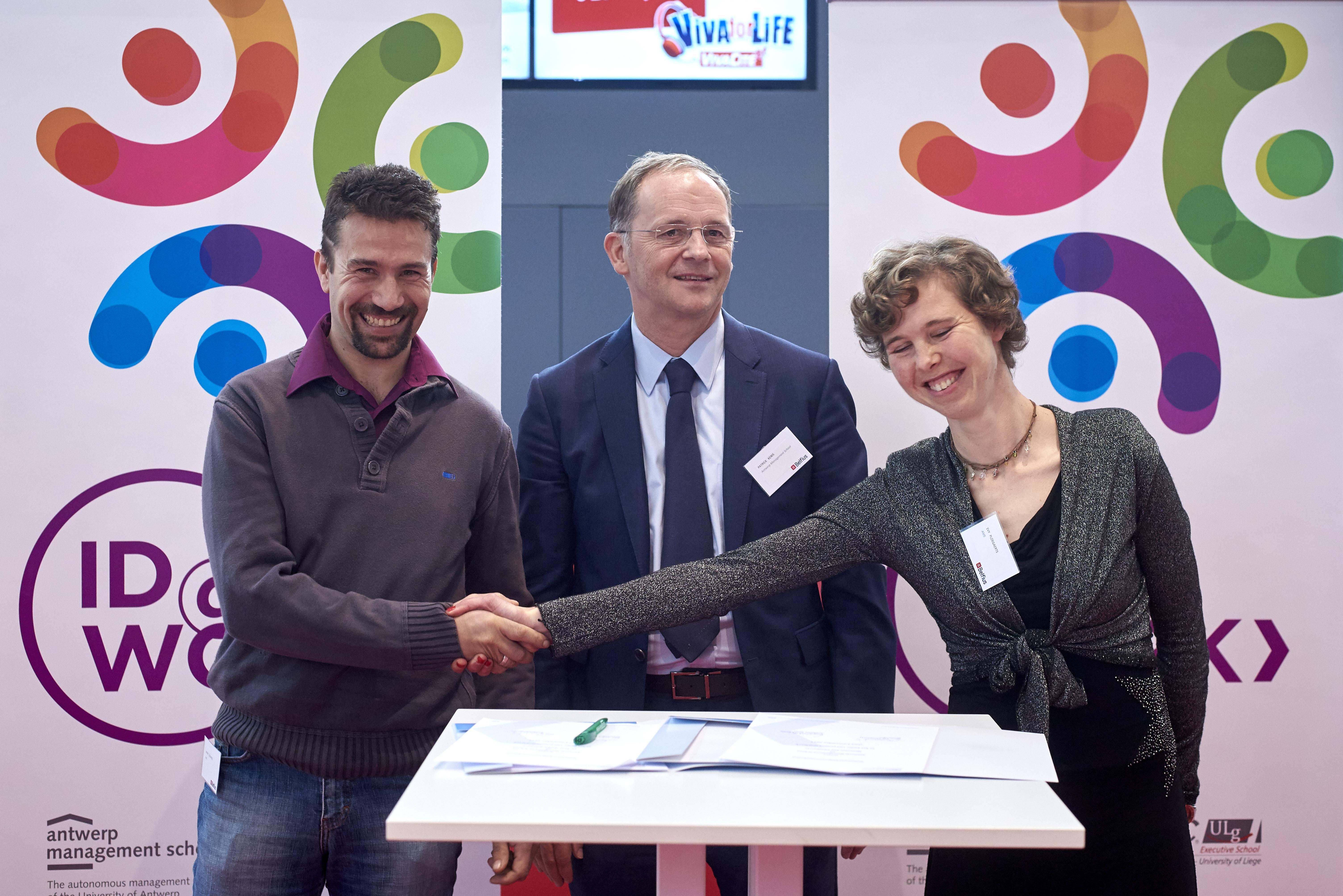 André Schepers et Evy Ploegaerts se saluent devant le Professeur Bart Cambré, tous les trois membres d'ID@work.  © Reporters/Eric Herchaft