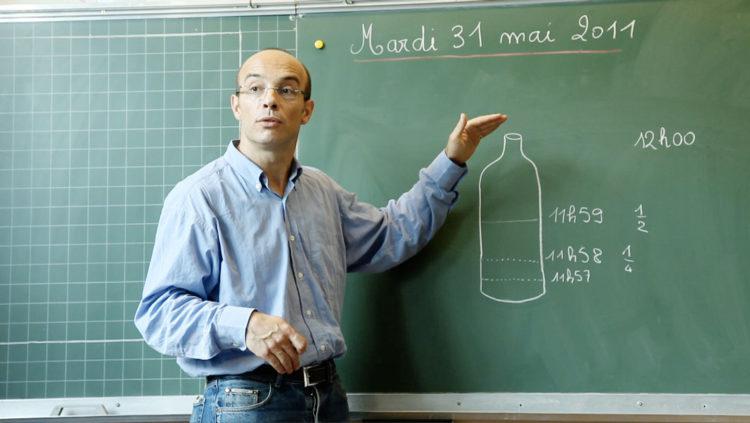 L'instituteur utilise les mathématiques pour expliquer les limites de l'accélération à ses élèves
