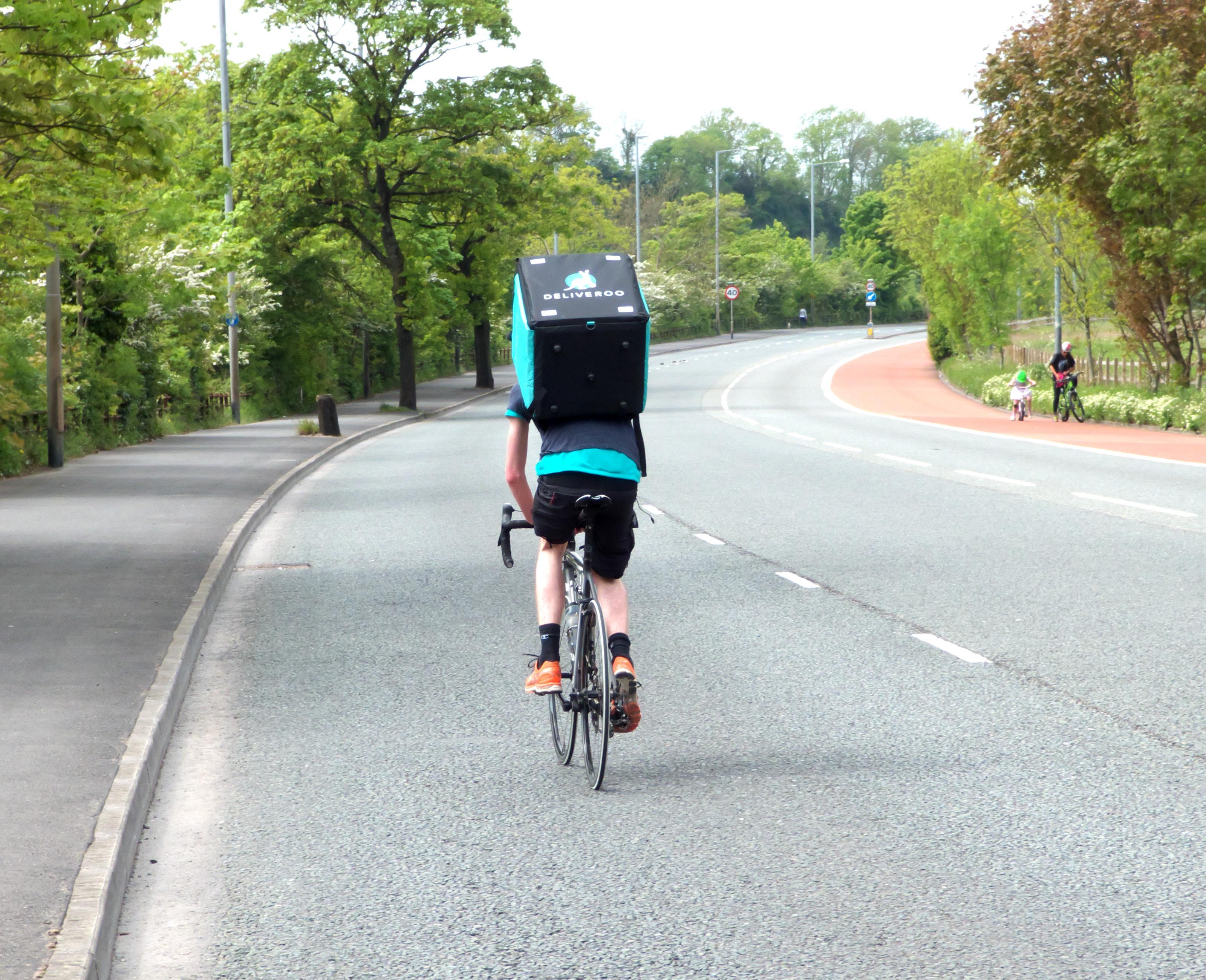Qui aide les livreurs? Smart? Les syndicats? La pression, elle, est clairement sur le dos des cyclistes.